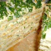 Відкритий несолодкий пиріг з листкового тіста з сиром, помідорами та зеленню
