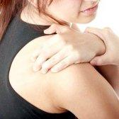 Чому виникає колючий біль у плечі