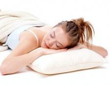 Що можна покласти під подушку при ворожінні