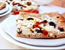 Грецька піца з куркою і соусом дзадзікі