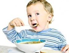 Як навчити малюка приймати їжу самостійно