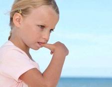 Як відучити дитину смоктати великий палець
