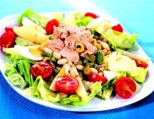 Як приготувати овочевий салат з тунцем