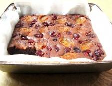 Як приготувати шоколадний пиріг з курагою і сушеної журавлиною