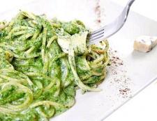 Як приготувати спагетті з шпинатному-сирним соусом?