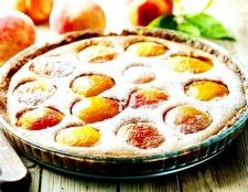 Як приготувати сирний пиріг з персиками?