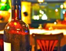 Як зняти етикетку з пляшки вина