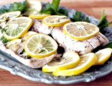 Як запекти рибу з лимоном і часником