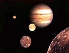 Яка планета сонячної системи має найбільше супутників