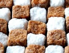 Який цукор корисніше: коричневий або білий?
