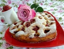 Полуничний бісквітний пиріг з екзотичними цукатами