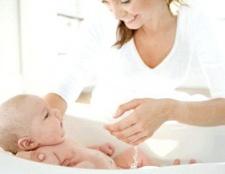Купання новонародженої дитини.
