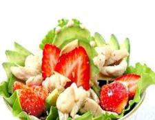 Курячий салат з полуницею і авокадо