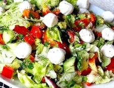Овочевий салат з креветками та моцарелою