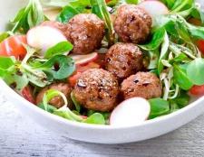Овочевий салат з м'ясними кульками