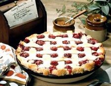 Пиріг з персиками і вишнею