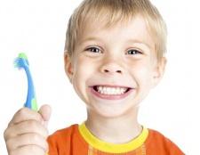 Причина появи білих плям на зубах дитини