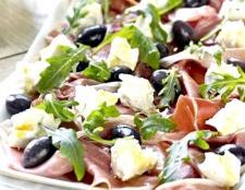 Рецепт салату з шинкою і сухариками
