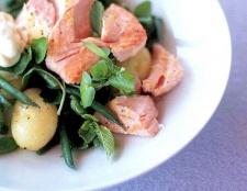 Салат з запеченого лосося з крес-салатом
