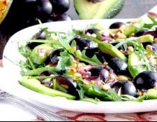Салат з авокадо і чорним виноградом