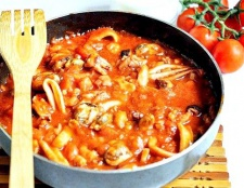 Спагетті з морепродуктами і томатною пастою