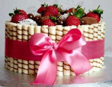Торт з вафельними трубочками і полуницею