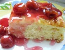 Сирно-макаронна запіканка з вишневим соусом